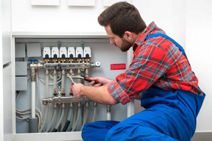 Installateur repariert Leitungen